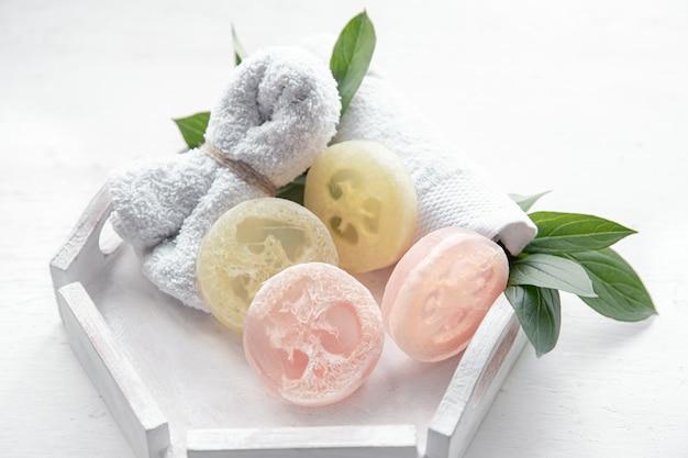 Composizione spa con accessori da bagno per l'igiene personale e la cura del corpo