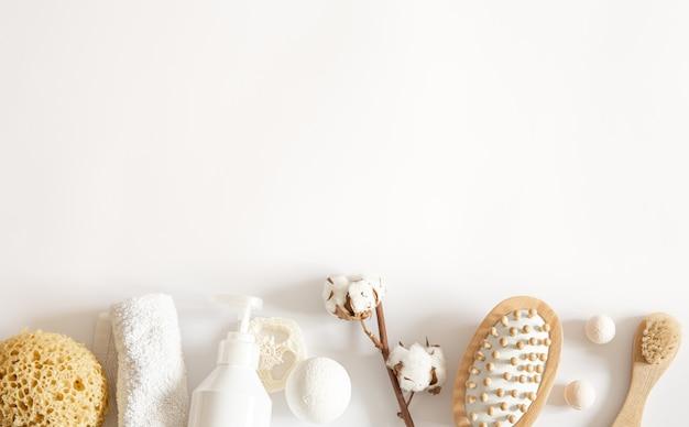 목욕 제품이있는 스파 구성이 평평합니다. 건강, 위생 및 미용 개념.