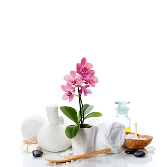 Спа-композиция с красивой розовой орхидеей на белом