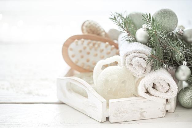 배경 흐리게에 크리스마스 장식으로 스파 구성입니다. 건강한 라이프 스타일, 바디 케어, 스파 및 휴식 개념.