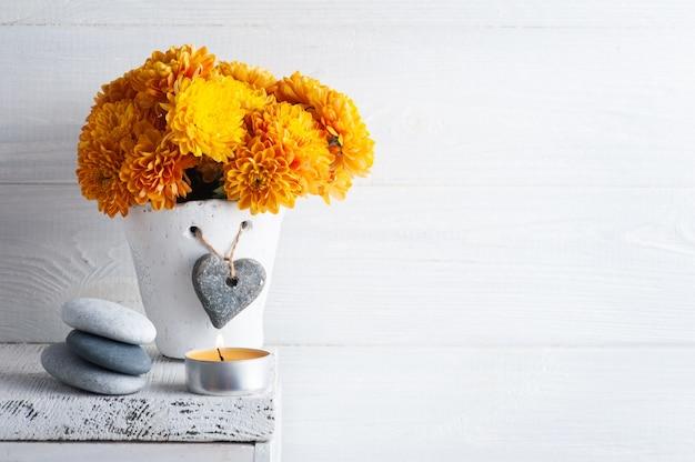 Спа-композиция с оранжевыми цветами и галькой. ароматерапевтическая композиция, дзен-натюрморт с зажженными свечами