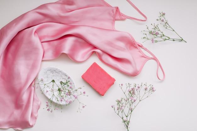 세라믹 비누 접시 실크 직물과 꽃이있는 분홍색 비누 바가있는 스파 구성