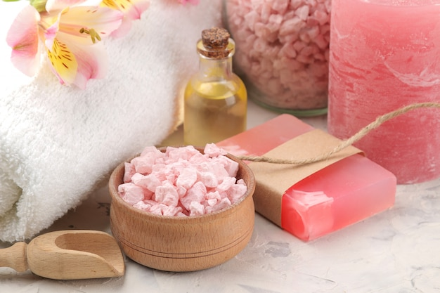 海の塩、アロマオイル、グレーと白のコンクリートに手作り石鹸を使ったスパの組成