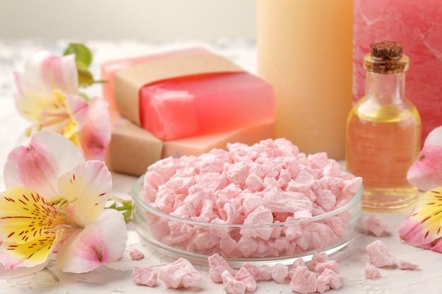 Спа-композиция с морской солью, ароматическими маслами и мылом ручной работы с цветами. концепция спа. на светлом фоне.