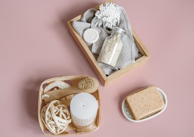 비누, 브러시, 촛불 및 상자에 다양한 목욕 액세서리가있는 스파 구성.
