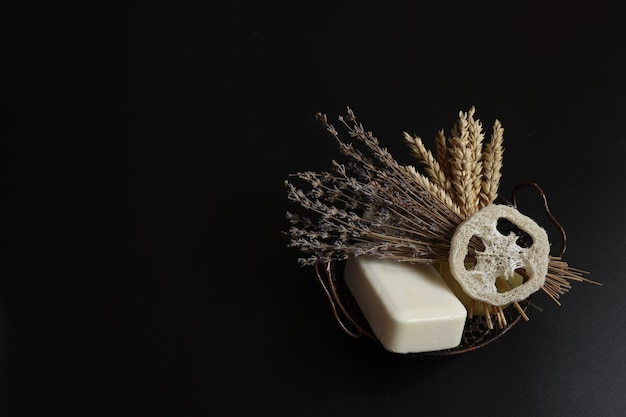 石鹸ヘチマと天然ハーブのコピースペースを備えたスパコンポジション