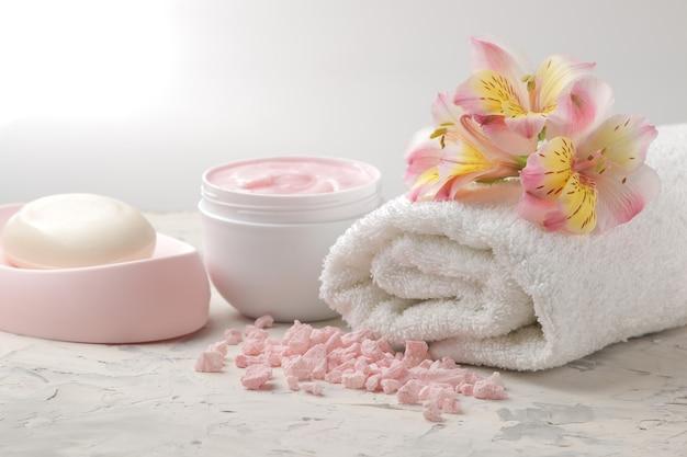 Спа-состав с мылом, полотенцем и скрабом для тела. концепция спа. на светлом фоне.