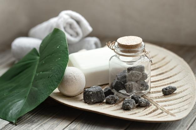 돌, 목욕 폭탄, 비누 및 수건으로 스파 구성. 위생 및 건강 개념.