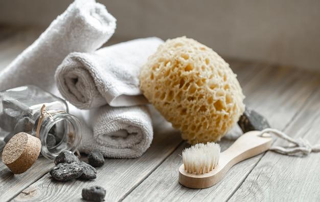 돌, 수건, 수건 및 목욕 브러시와 스파 구성. 건강과 미용 개념.