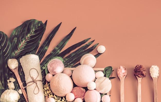 Спа-композиция с предметами ухода за телом на цветном столе
