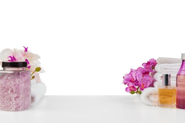 Спа-композиция с полотенцами и цветами, изолированными на белом