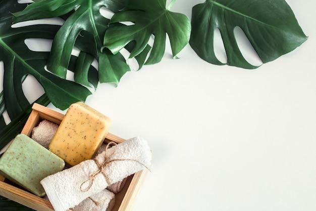 Спа-композиция с тропическими листьями на белом фоне