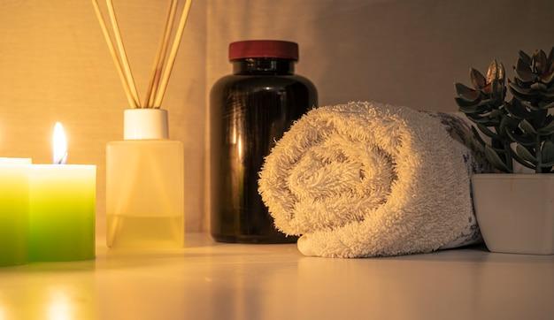 Концепция спа. классический декор спа и салона красоты с ароматизаторами, полотенцами и эфирными маслами. и свечи.