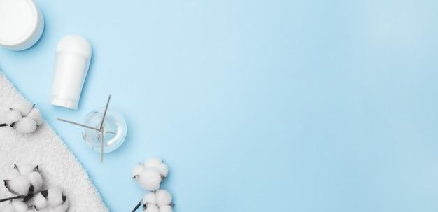 スパのコンセプト、青い背景の上の綿の白い瓶、コピースペース、上面図。高品質の写真