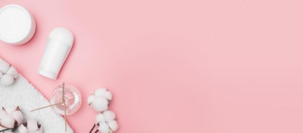 スパのコンセプト、ピンクの背景に綿の白い瓶、コピースペース、上面図。高品質の写真