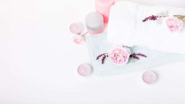Концепция спа в валентина, матери, день рождения, розовая роза, свечи, синие полотенца, цветы весной или летом фон
