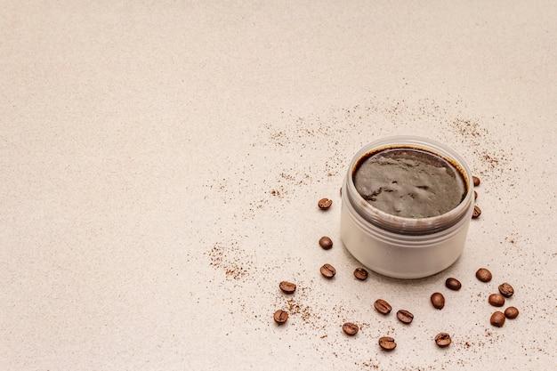 スパのコンセプトです。コーヒーのボディスクラブによるセルフケア。天然オーガニック化粧品、自家製製品、オルタナティブライフスタイル