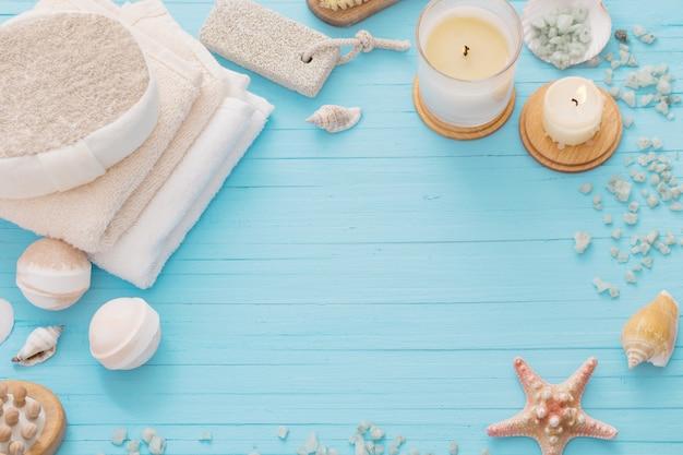 Концепция спа со свечами на синем фоне деревянных