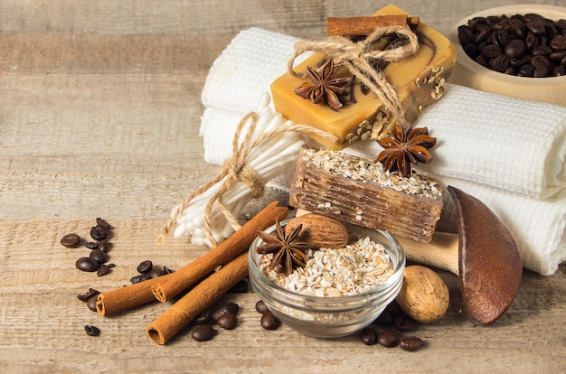 手作り石鹸とコーヒー豆、オートミール、シナモンのスパコンセプト