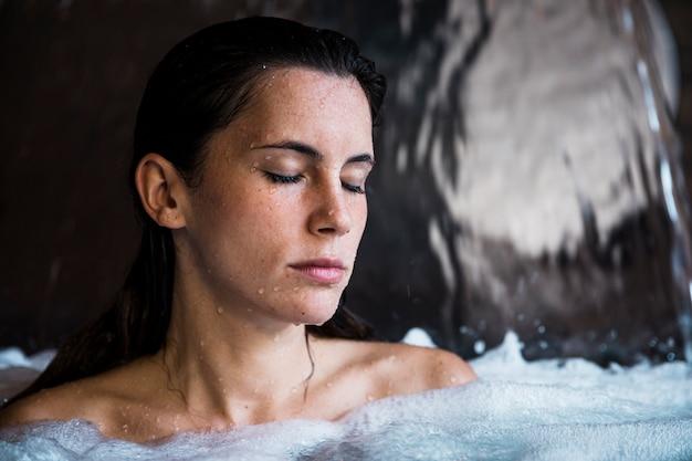 Концепция спа с женщиной, расслабляющий в воде