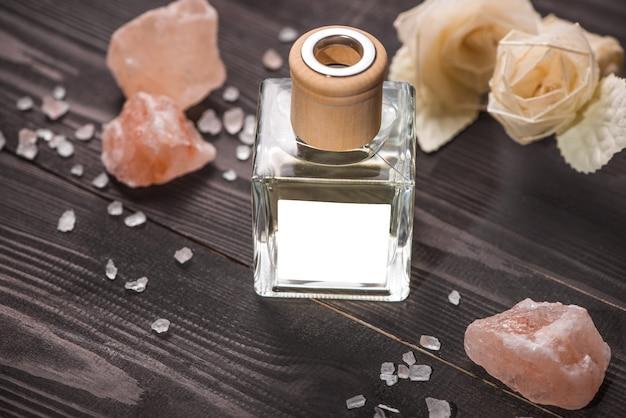 Украшение спа. бутылка эфирного масла и черновых цветов.