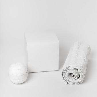 Disposizione degli elementi della stazione termale su priorità bassa bianca