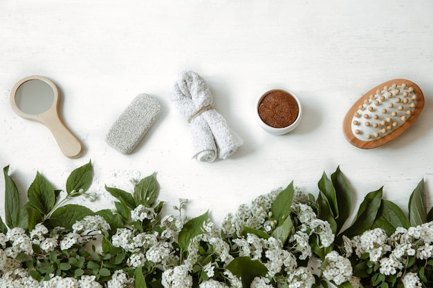 신선한 꽃과 함께 목욕 액세서리, 건강 및 미용 제품으로 스파 평면 평신도 구성.