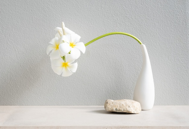 Спа-цветок красивой плюмерии или тропического цветочного франжипани в современной белой вазе