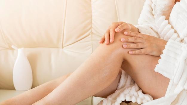 Spa a casa donna che utilizza latte per il corpo