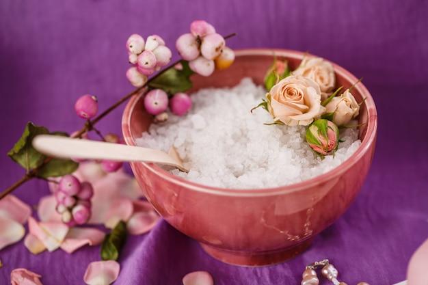 Спа массаж. ароматерапия. солевой скраб для тела на фиолетовом цвете
