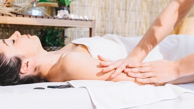 Spa e massaggio concetto con donna rilassata
