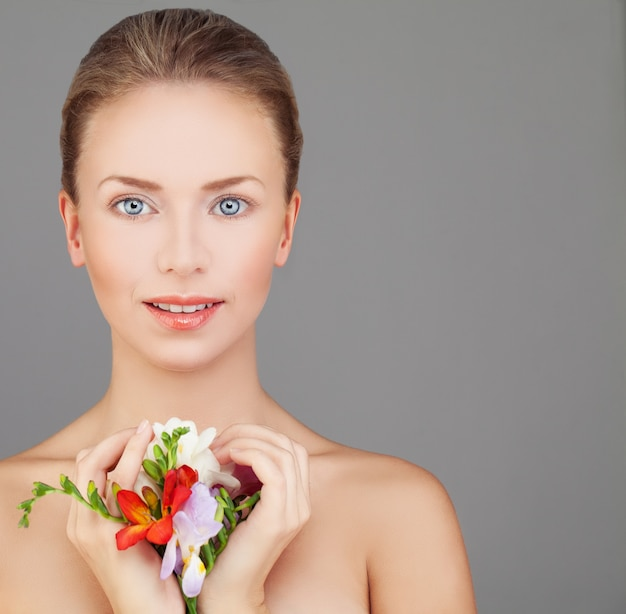 美しい顔を持つ完璧な女性のスパの肖像画
