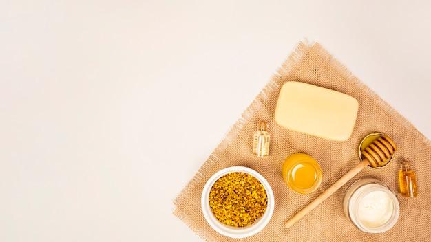 Спа продукт на джутовой ткани, изолированные на белой поверхности