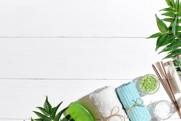 スパ製品バスソルト石鹸キャンドルとタオルフラットは白い木製の背景に横たわっていた上面図