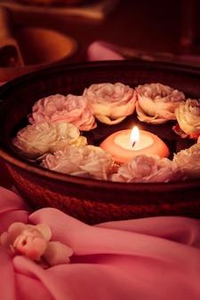 스파 휴식 - 장미 물에 떠있는 촛불