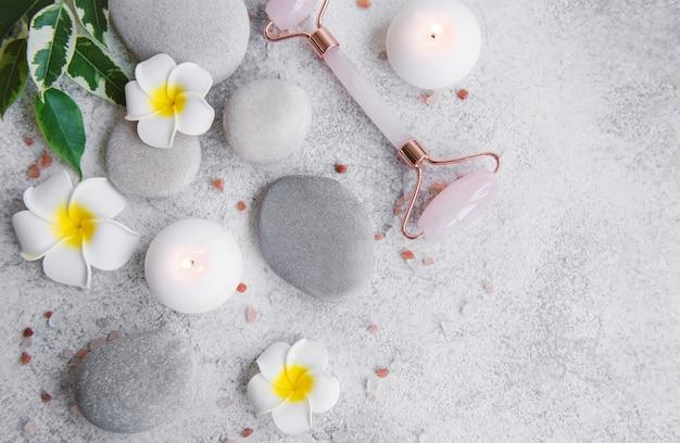 회색 콘크리트 배경에 스파 세트, 에센셜 오일, 마사지 소금, 양초, 프랜지파니 꽃