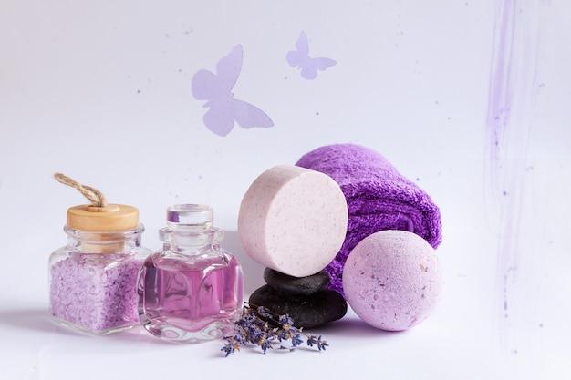 天然ラベンダー、禅石を使用したspaセット。スパ、美容・健康サロン、化粧品店のコンセプト。白い背景にクローズアップ。