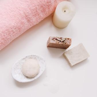수제 비누 캔들과 수건 옴 흰색 표면 위쪽 전망이 있는 스파 세트