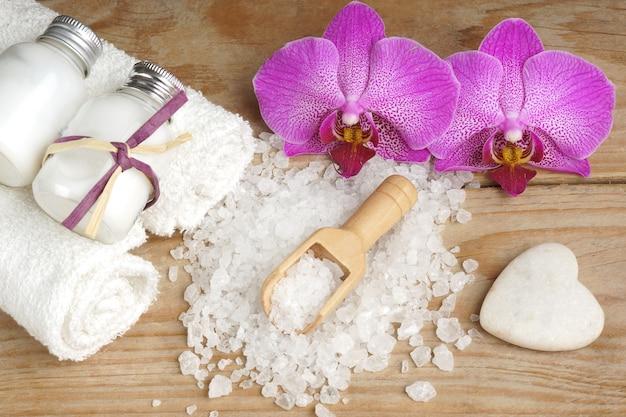 ボディローション、バスソルト、白、ピンクの蘭の花と石がセットになったスパ