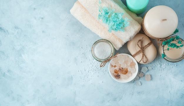 Спа-набор с продуктами по уходу на мягком синем фоне. вид сверху, панорама. концепция санаторно-курортного лечения.
