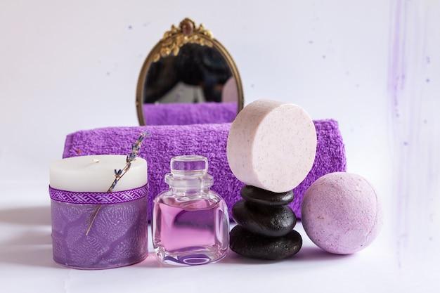 天然ラベンダー、キャンドル、禅石、鏡、タオルがセットになったスパ。スパ、美容・健康サロン、化粧品店のコンセプト。白い背景にクローズアップ。