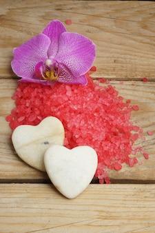 レッドシーソルト、鮮やかな蘭の花、ハートの形をした石がセットになったスパ
