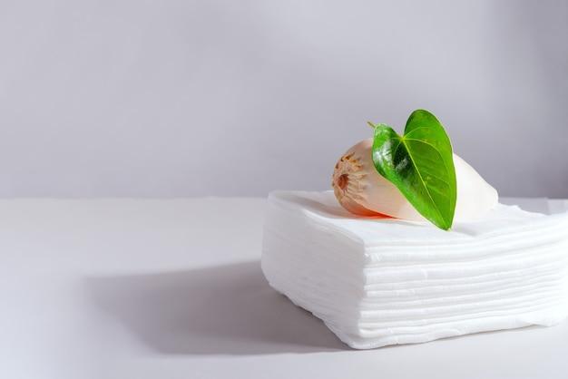 녹색 잎사귀와 조개 껍질로 장식 된 스파 세팅
