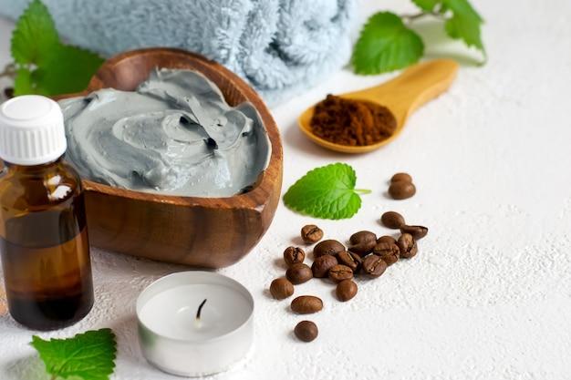 ボディ用コスメティックブルークレイマスク、タオルエッセンシャルオイル、コーヒー豆を使ったスパセッティング
