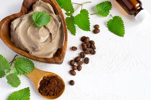 ボディ用コスメティッククレイマスク、タオルエッセンシャルオイル、コーヒー豆を使ったスパセッティング
