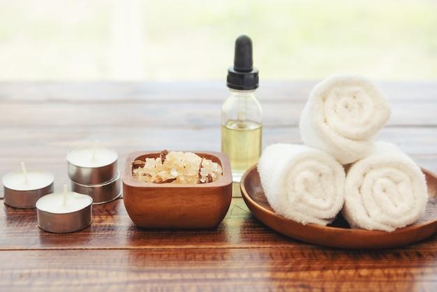 Обстановка спа с натуральным оливковым маслом и морской солью.