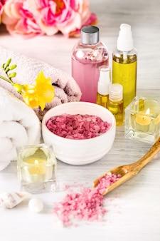 ピンクのバラとアロマオイル、ビンテージスタイルのスパ設定