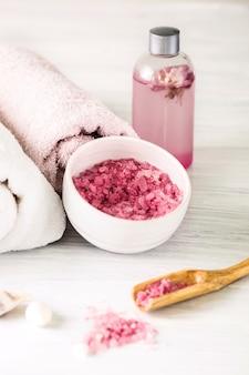 Ambiente termale con rose rosa e olio aromatico, stile vintage