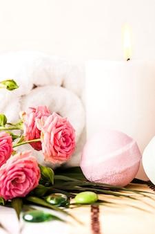 Обстановка спа с розовыми розами, морской солью и ароматическим маслом в винтажном стиле