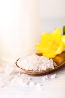 Обстановка спа с морской солью и ароматическим маслом в винтажном стиле